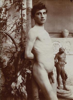 Gloeden Wilhelm von, Sizilianischer Knabe mit Statuette
