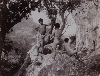 Gloeden Wilhelm von, 2 Fotografien: Drei sizilianische Jünglinge in der Natur; Sizilianischer Jüngling an Säule posierend