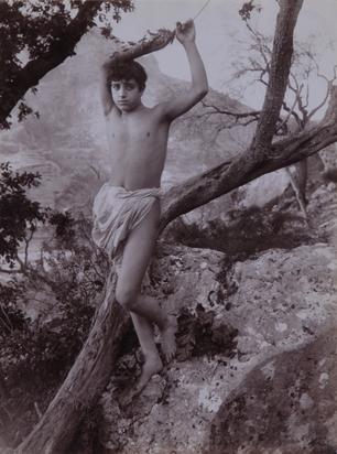 Gloeden Wilhelm von, 2 Fotografien: Sizilianischer Jüngling in der Natur; Porträt eines sizilianischen Jünglings