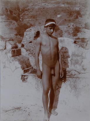 Gloeden Wilhelm von, 2 Fotografien: Sizilianischer Jüngling; Zwei sizilianische Jünglinge