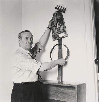 Sima Michel, Joan Miró (Miró tenant la sculpture au peigne)