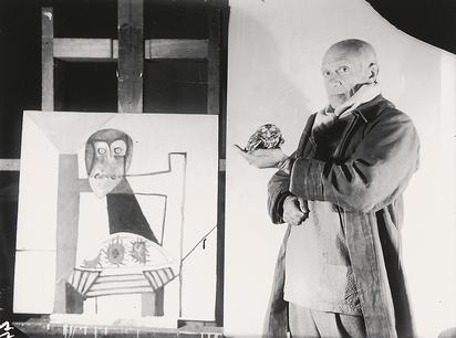 """Sima Michel, Pablo Picasso (Picasse et chouette à côté du tableau """"Nature morte à la chouette et aux trois oursins"""", Château Grimaldi, Antibes, 6 novembre 1946)"""