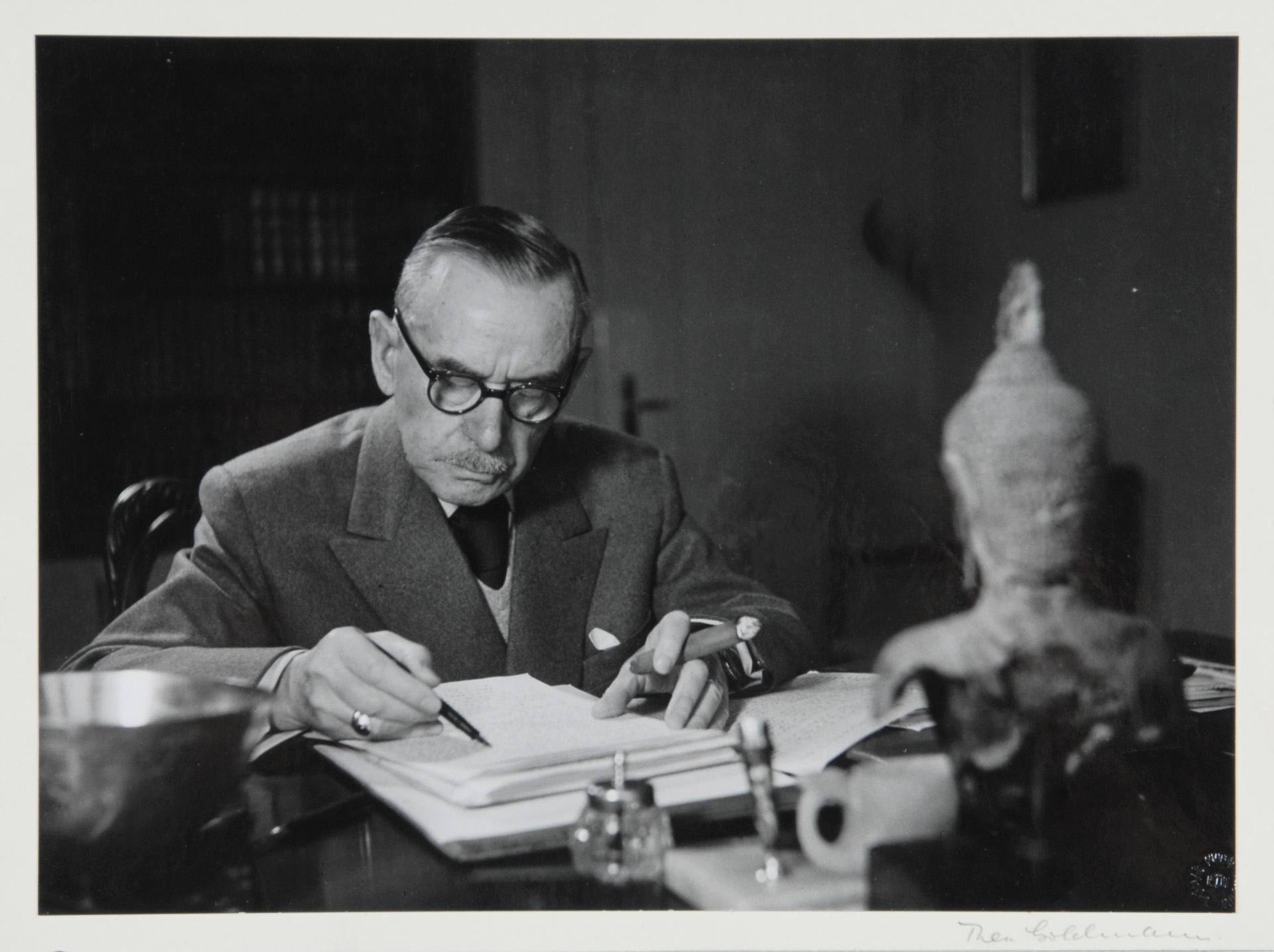 Goldmann Thea, Thomas Mann am Schreibtisch (Thomas Mann at the Desk)