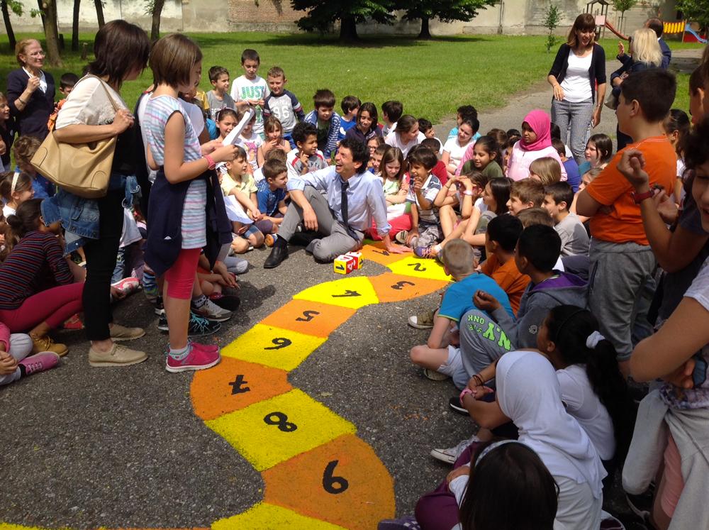 La rigenerazione urbana entra nelle scuole: giochi dipinti sull'asfalto alla scuola Mazzolari