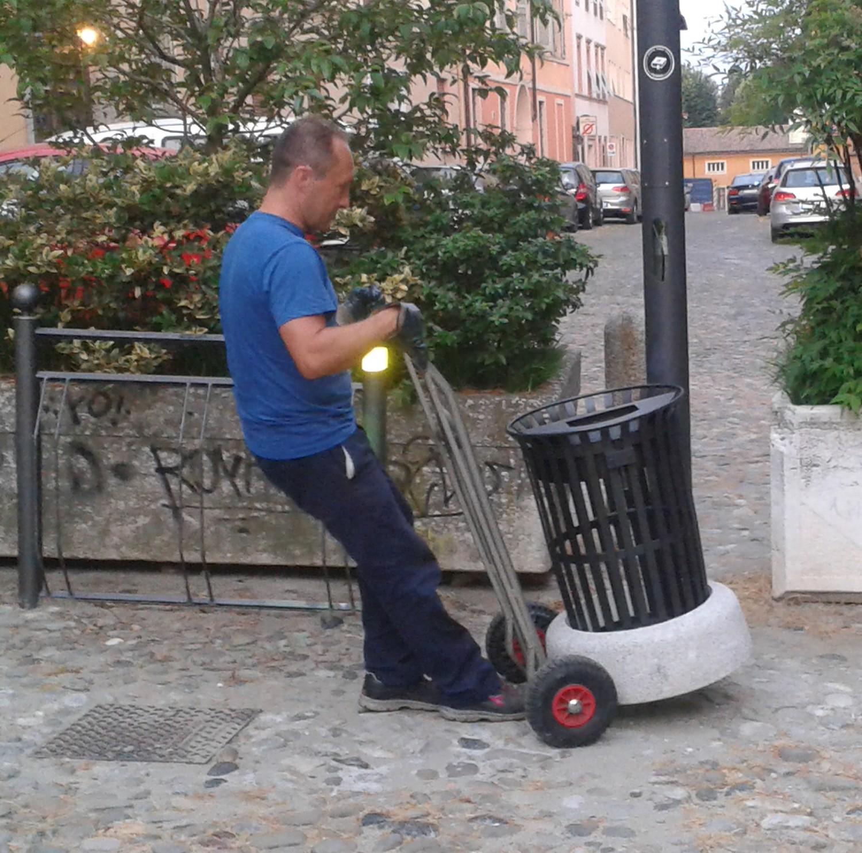 51 cestini riverniciati: abbiamo cominciato a ricollocarli. Continuiamo il lavoro di manutenzione della città!