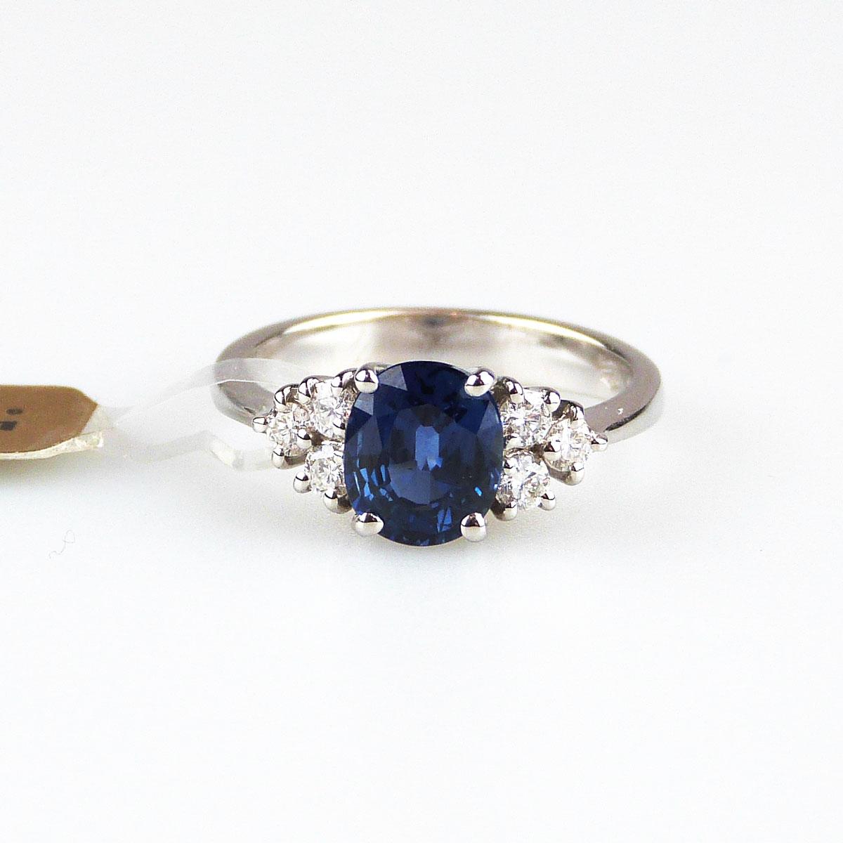 più recente d4c07 f0623 Anello in Oro Bianco con Zaffiro e Diamanti