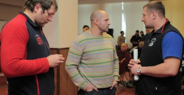 Cosa può succedere se Fedor Emelianenko indossa il Glorioso Maglione della Vittoria Assoluta? 1