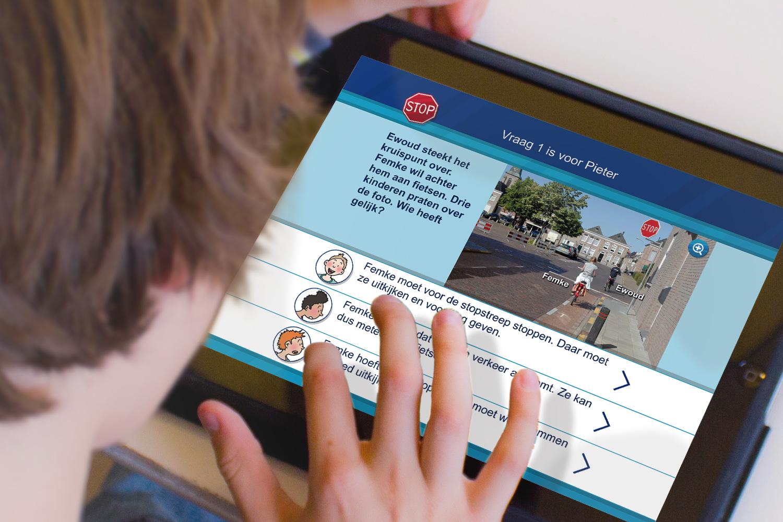 Kinderen stimuleren te oefenen voor het verkeersexamen