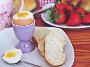 medium gekookt ei 300x225 - Hoe moet je een Ei koken?