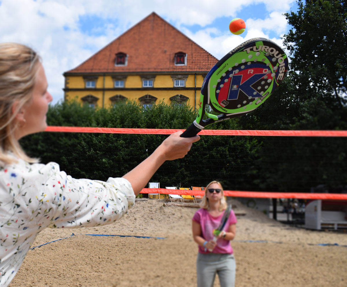 Beachtennis mit Sarah Bolsmann (vorne links) und Christin Meyer