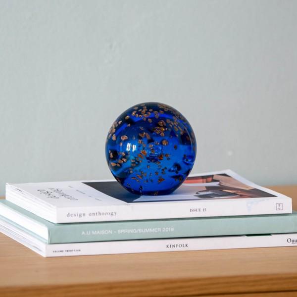 Briefbeschwerer - Kugel, Glas, blau/gold