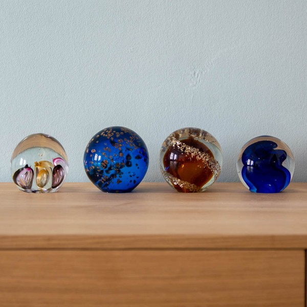 Briefbeschwerer - Kugel, Glas, pink/braun/lila