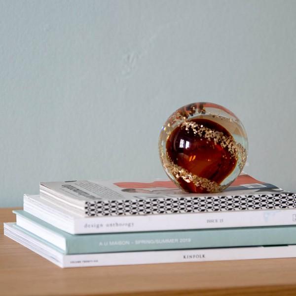 Briefbeschwerer - Kugel, Glas, braun/gold