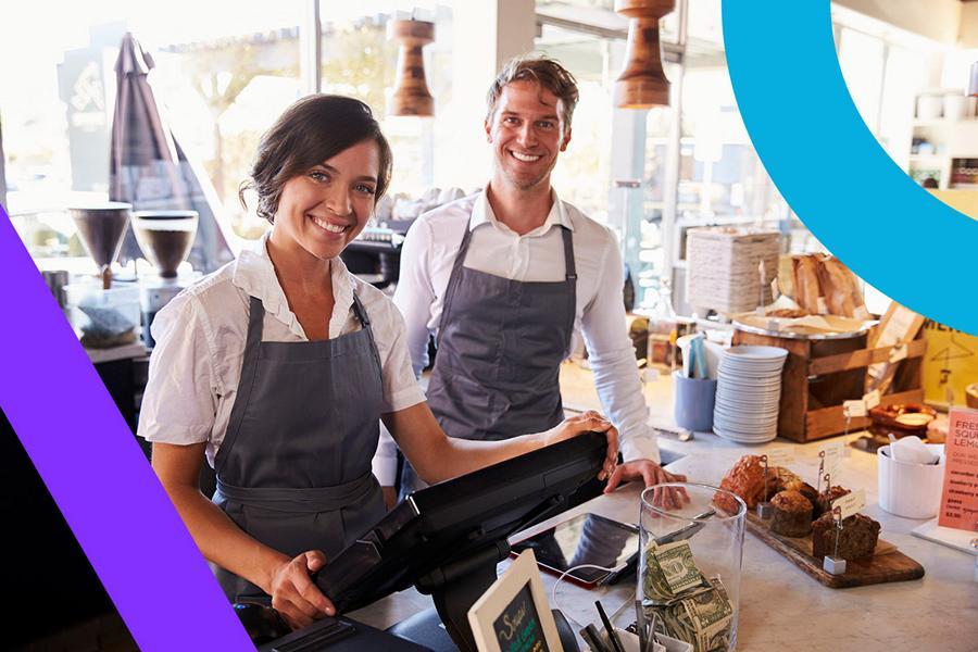 Zwei Verkäufer vor einer digitalen Registrierkasse
