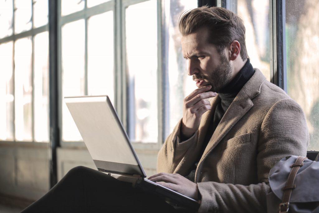 Sitzender Mann mit Laptop