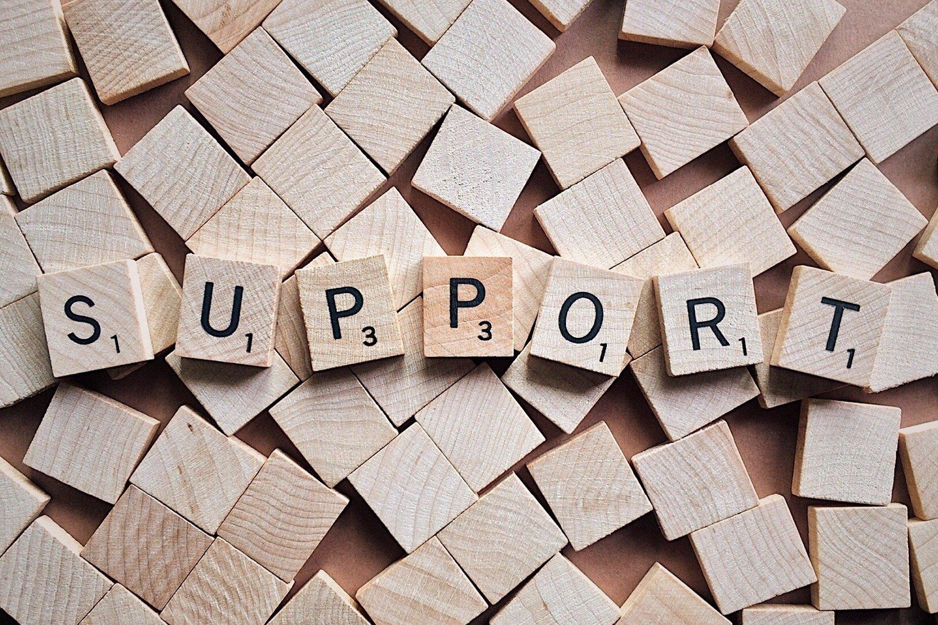 Support mit Scrabblesteinen dargestellt