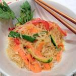 Glasnudeln-mit-gebratenem-Gemüse-und-Sesam