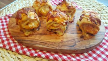 Gefüllte-Pizzabrötchen-mit-Tomatensauce-Schinken-Käse