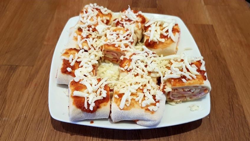 Pizzateig-zusammenrollen-und-in-mundgerchte-Stücke-schneiden
