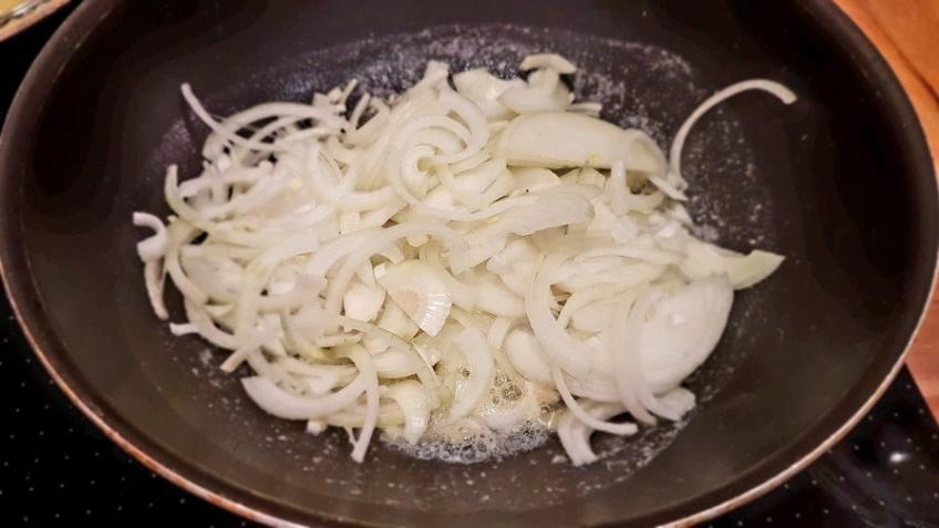 Zwiebeln-in-die-Pfanne-geben