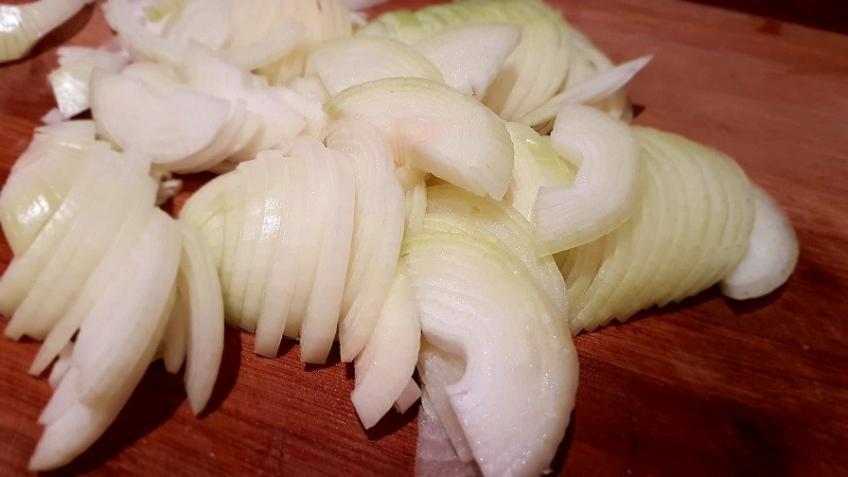 Zwiebeln-in-Halbringe-geschnitten