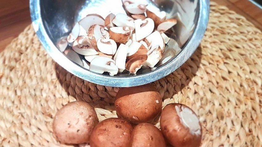Pilze-in-Scheiben-geschnitten-für-Champignon-Sahnesauce
