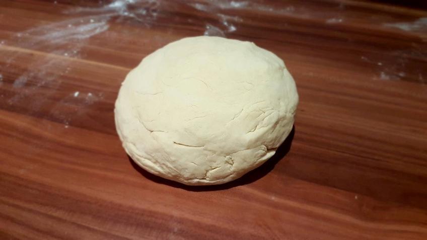 Pizzateig-fertig-geknetet-für-dicken-Pizzaboden-Grundrezept