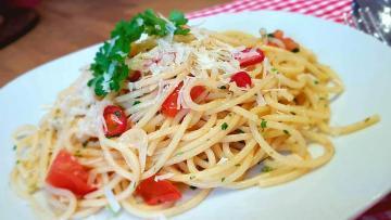 Spaghetti-Aioli-mit-Kräutern-und-Tomaten