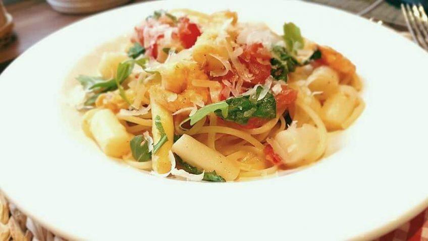 Spargel-Pasta-mit-Rucola-und-Garnelen