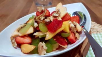 Obstsalat-mit-Erdbeeren-und-Walnüssen