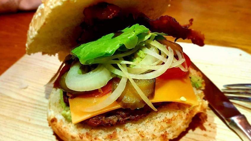 Selbstgemachter-Burger-mit-Avocado-Creme