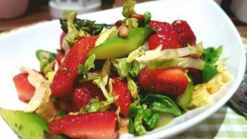 Spargel-Erdbeer-Salat-mit-karamelisiertem-Balsamico-Dressing