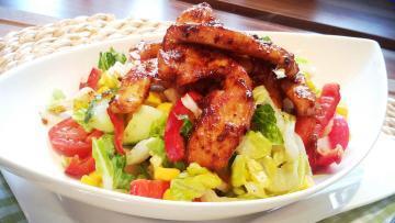 Feuriger-Sommersalat-mit-Balsamico-Honig-Dressing-und-Hähnchenbrustfilet