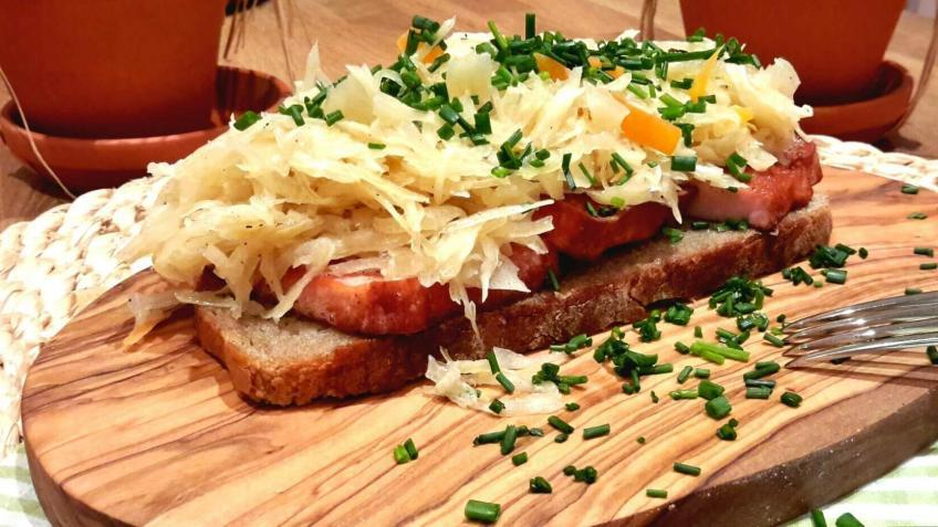Leberkäsebrot-mit-Sauerkraut