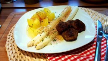 Spargel-mit-Buletten-und-brauner-Butter-