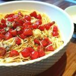 Tomaten-Knoblauch-mit-den-Spaghetti-vermengen