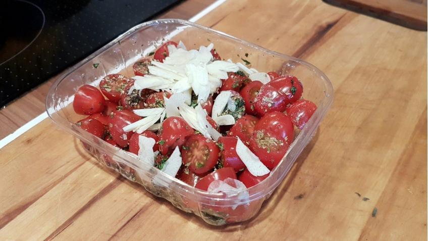 Tomaten-Zwiebeln-und-Konblauch-würzen