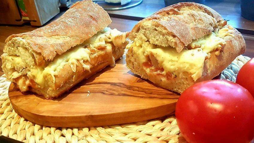 Mit-Käse-überbackenes-Baguette-