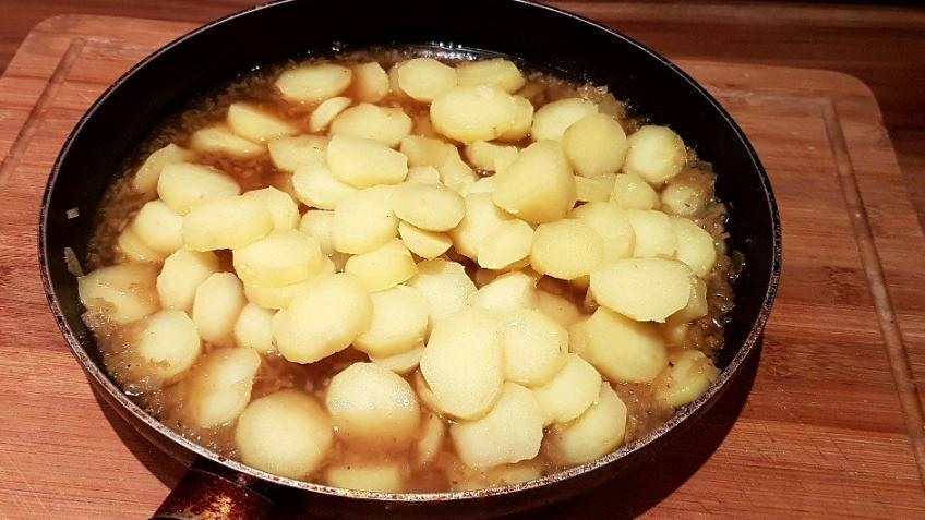 Kartoffeln-abschrecken-und-zum-Kartoffelsalat-Dressing-hinzufügen