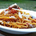 Spaghetti-mit-Knoblauch-Tomaten-und-Bratwurst