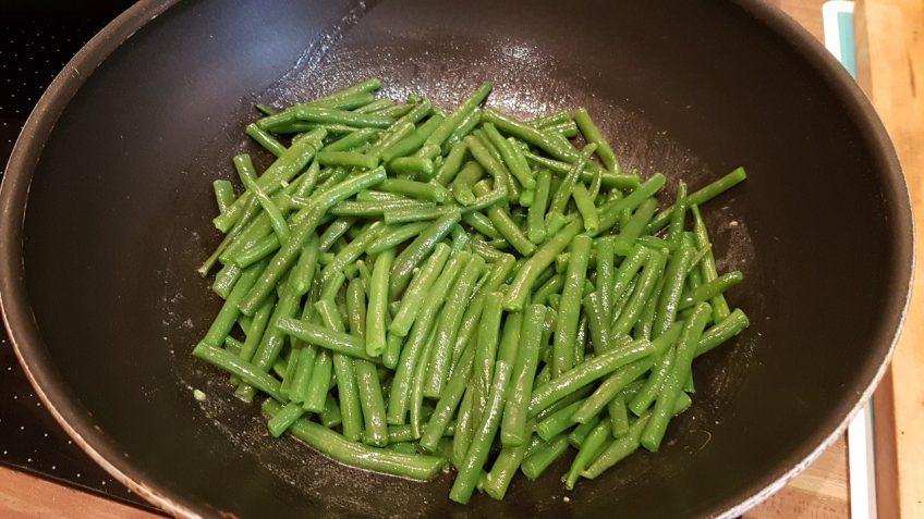 Grüne-Bohnen-kochen-und-im-Bratensud-schwenken