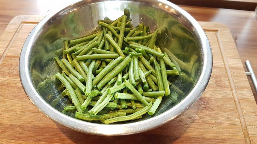 Grüne-Bohnen-putzen-und-halbieren