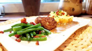 Kartoffelstampf-mit-Buletten-und-grünen-Bohnen
