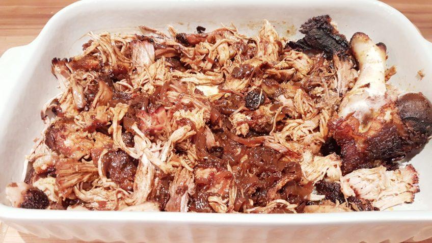 Pulled-Pork-mit-Sud-und-Zwiebeln-vermischt