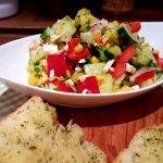 Bunter-Gemüsesalat-mit-Fetakäse-und-Kräuterbaguette