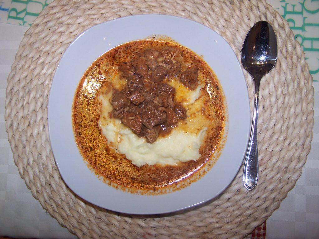 Gulasch mit Kartoffelpüree