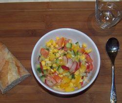 Gemüsesalat mit Kräuterbutterbaguette
