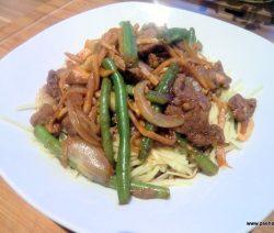 Rindfleisch im Wok mit brauner Soße