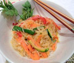 Glasnudeln mit gebratenem Gemüse und Sesam