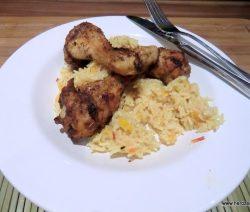 Marinierte Hähnchenschenkel auf indischem Reis